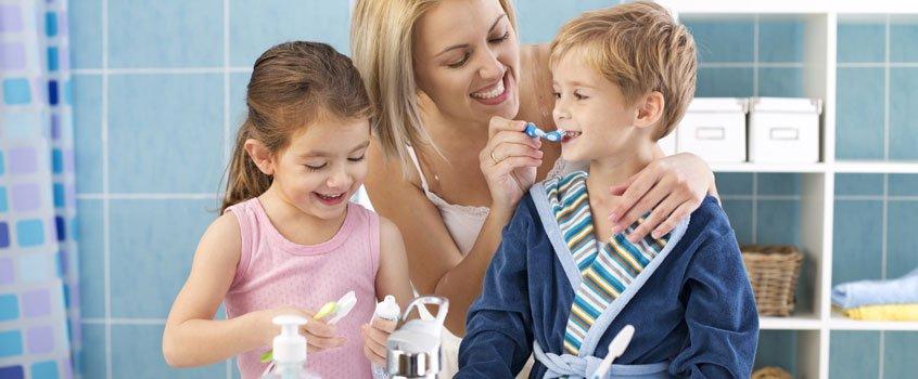 enseñar a los niños a lavarse los dientes