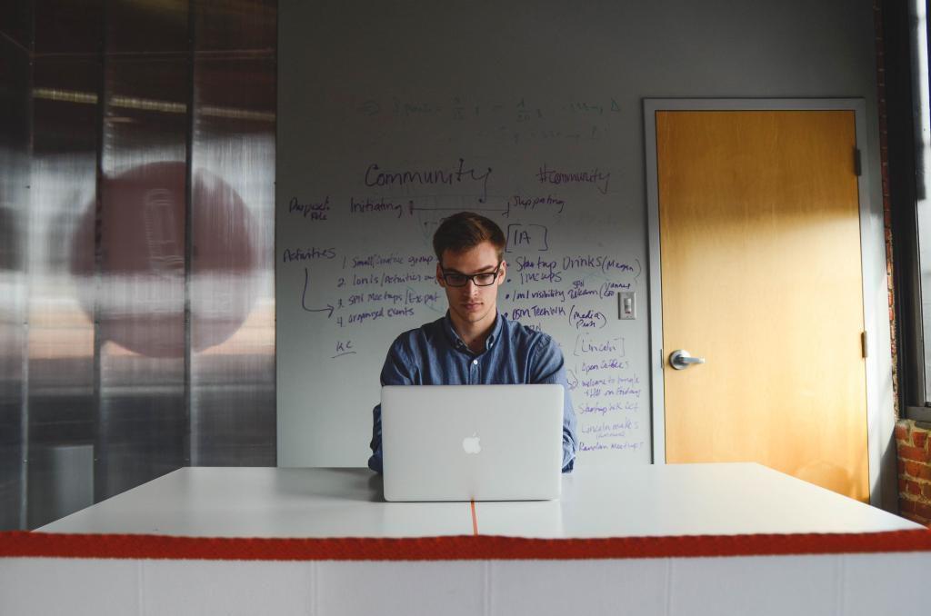La malas posturas en el trabajo pueden causarnos molestias y atrofias.