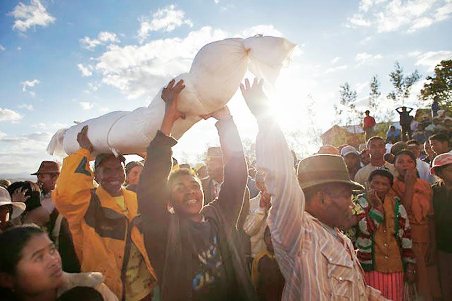 Rito funerario en Madagascar